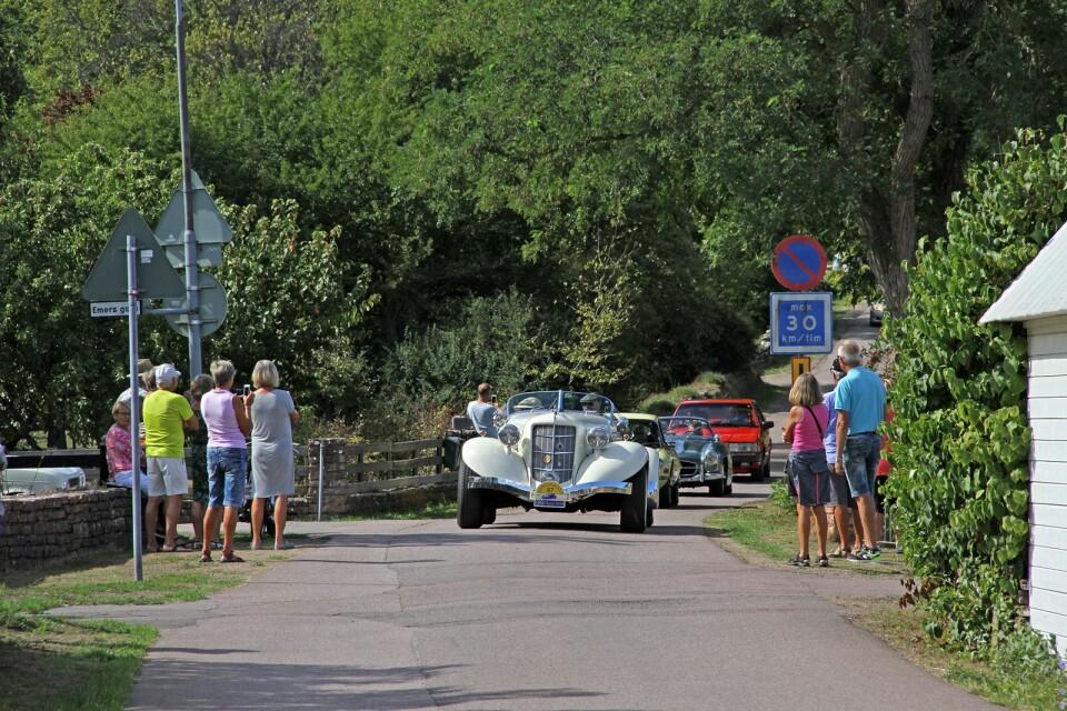 En vit Auburn 851 speedster Replika 1936 kommer glidande på Kolstad kyrkgata.