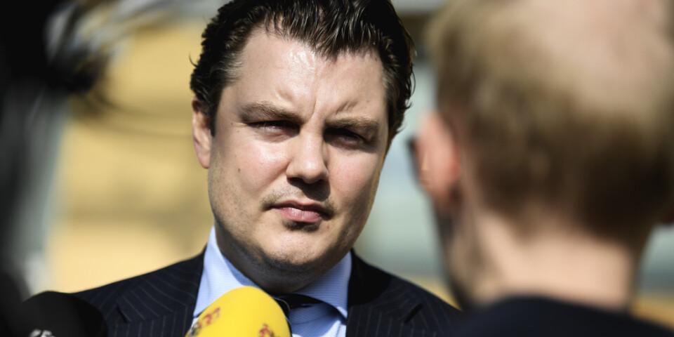 Försvarsadvokaten Johan Ritzer intervjuas av journalister utanför Linköpings tingsrätt. Arkivbild.