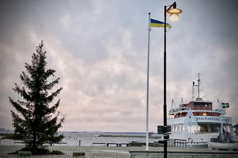 Julgranen på plats på Hamnplan i Färjestaden