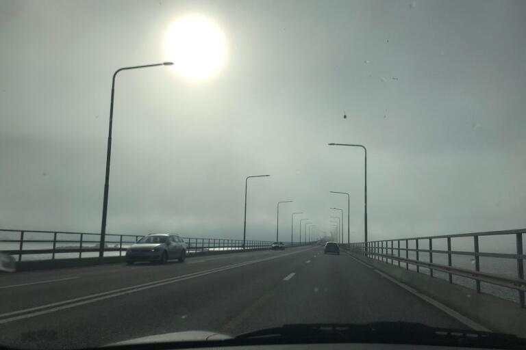 Gustav Schön fångade den tjocka dimman över Ölandsbron på bild.
