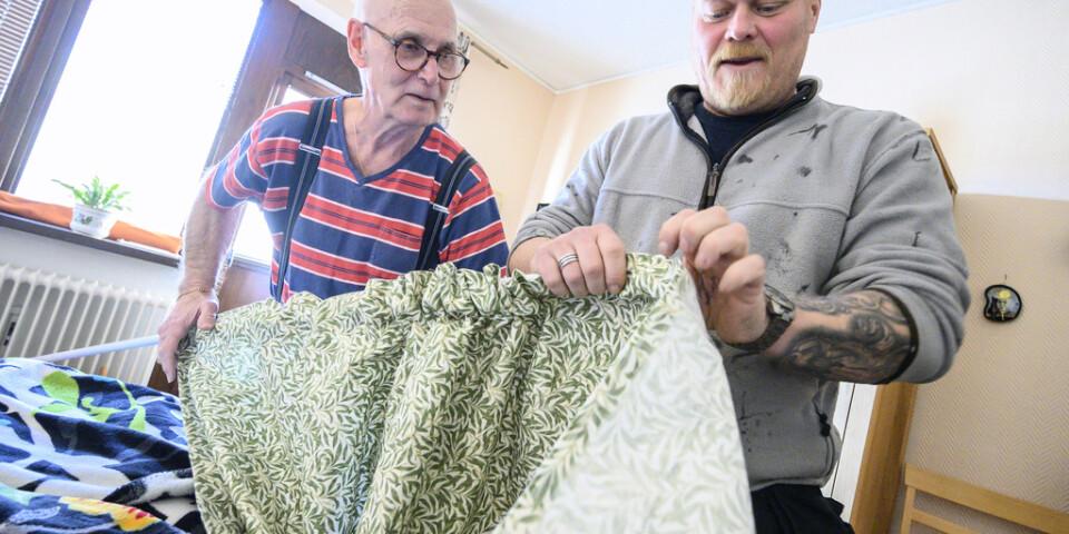 Pensionären Bertil Borglund brukar ta hjälp av Ystads kommunala fixare Magnus Åkesson när det är dags för gardinbyte inför och efter jul.