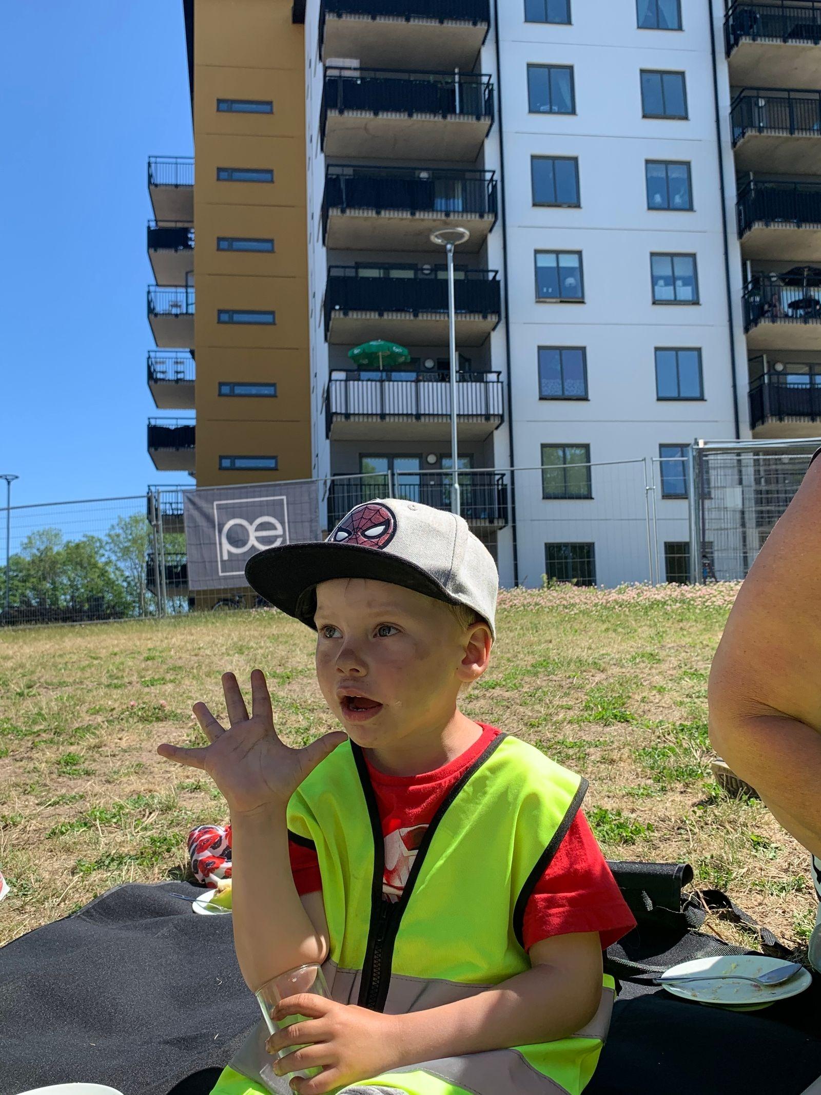 """""""Att gräva med grävmaskinerna. Jag skall jobba här sen, när jag blir stor. När jag blir fem."""" Theo Nibe."""