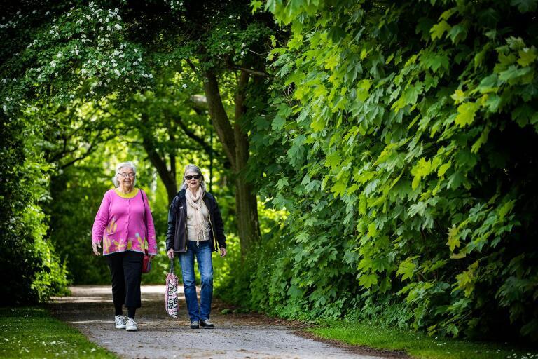 Kerstin Hellgren och Ingrid Wiiri har hittat ett nytt intresse för naturen under coronautbrottet.