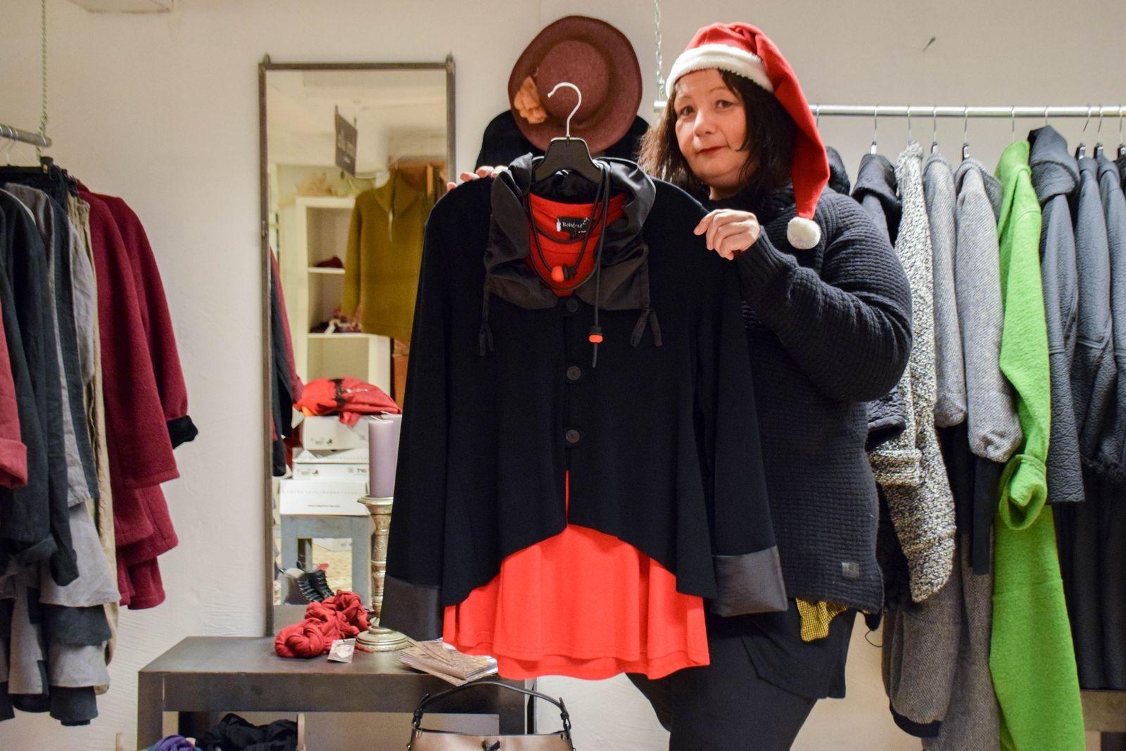 Hos Längorna hittar du unikt mode för kvinnor. Jessica Andersson tipsar om en jacka med taftkrage och kjol med justerbar längd som passar alla figurer från m.p. by Style, juligt röd tröja och halsband från Bohéme.