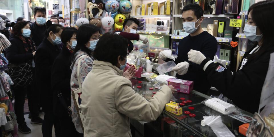 Gratis ansiktsmasker delas ut i Hongkong.
