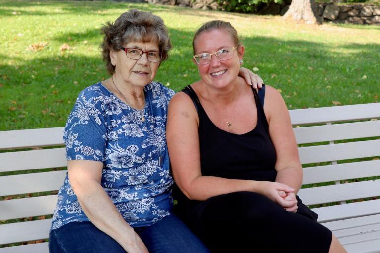 – Det är skönt med värme, men vi pausar helst i skuggan när vi är ute och går, konstaterade Anna-Greta Petersson och Anna-Karin Olsson-Lundgren när de besökte Stadsparken.