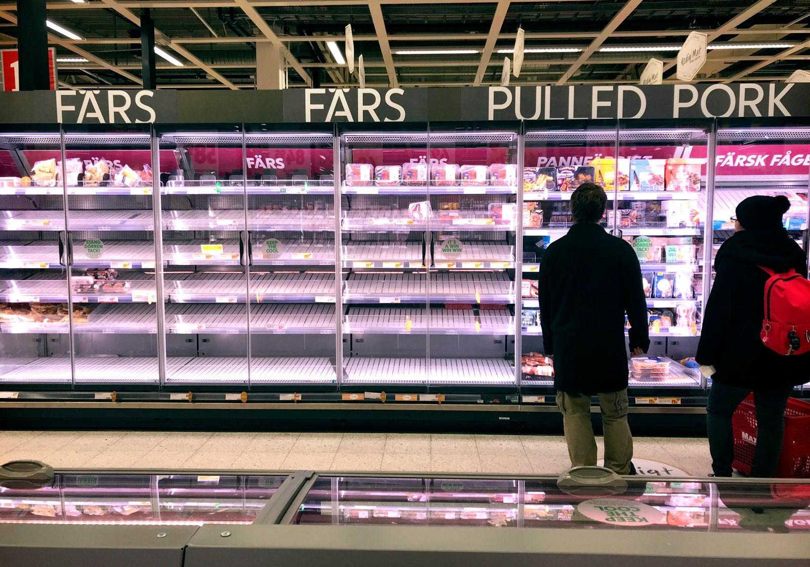 Köttfärshyllan på Maxi gapade tomt på fredagskvällen. Men butiken fyller på varje dag, försäkrar butikschef Anders Wedin.