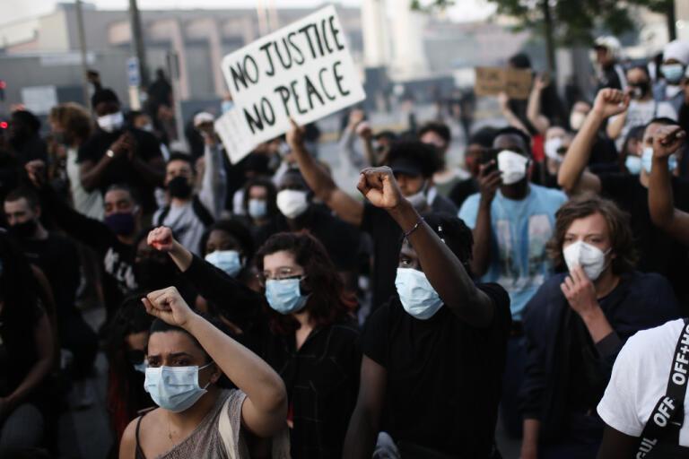 Demonstranter i Paris protesterar mot polisvåld och en svart mans död i samband med ett polisingripande 2016.