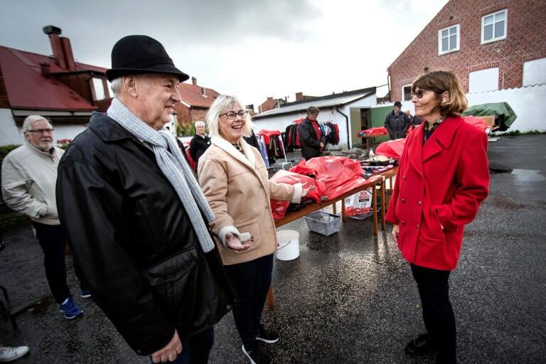 Femtio kronor styck kostade de fina jackorna som visades upp när Kupan hade modevisning. Fritz Göran Feldt, Annemagret Persson och Agneta Önnebo visade kläderna - trots regnet.