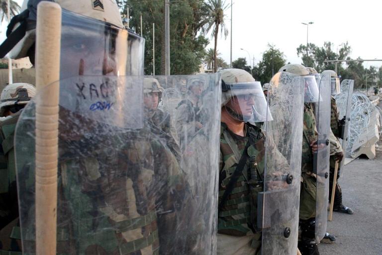 Ska detta bli en vanlig syn även på USA:s gator den närmaste tiden? Kravallutrustad amerikansk militär i Bagdad, Irak. Arkivbild.