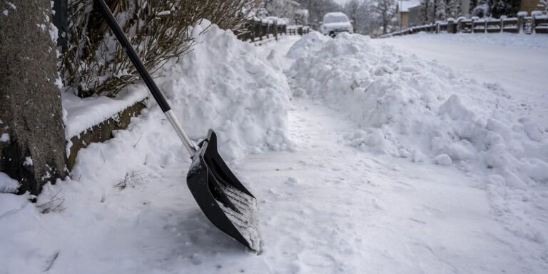 """S rasar mot att fastighetsägare måste röja snö: """"Trottoaren är ju kommunens mark"""""""