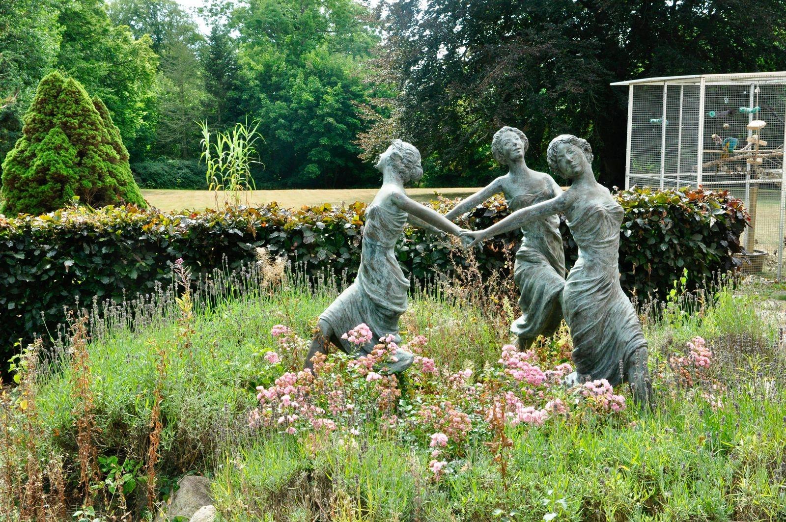 Trädgården har gott om skulpturer – här tre dansande gracer.