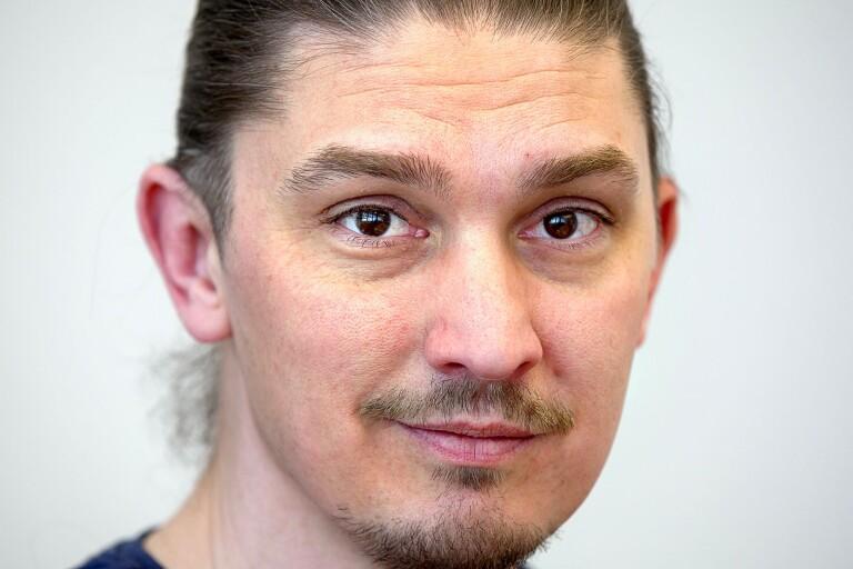 Enhetschef Henrik Augestrand välkomnar att Kringlan börjat tillverka visir.