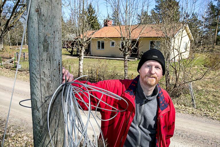 """Resterna av den gamla kopparkabeln är allt som finns kvar. Som företagare är Martin Enestedt helt beroende av internet. """"De hade lika gärna kunnat gräva bort gatan, det hade varit lika illa."""""""