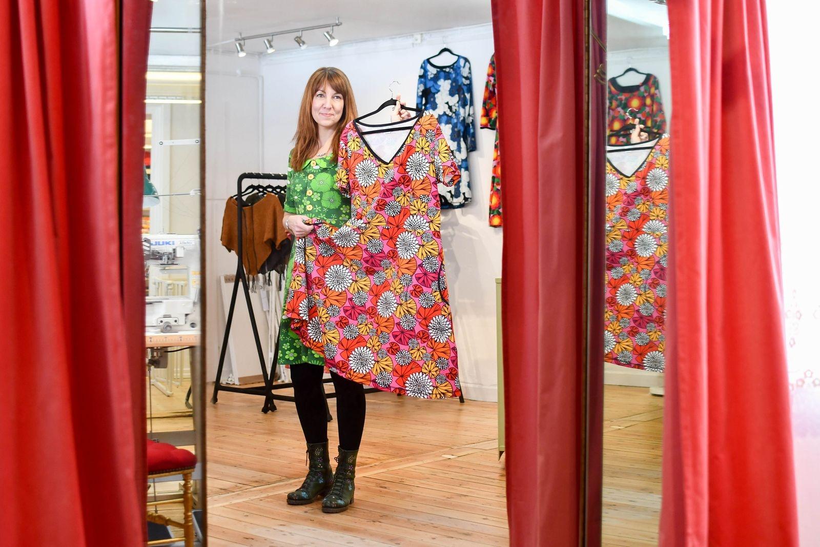 – Jag får ofta höra av mina kunder att de får komplimanger för plaggen, säger Jenny Sjöö. Det krävs lite mod att klä sig färgglatt men de positiva reaktionerna brukar inte låta vänta på sig.