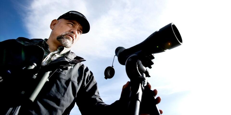 """""""Det är underbart att få dela med sig av kunskapen och se glädjen när andra också ser"""", säger Donat Hullmann, som efter vinsten i SVT-programmet Den stora fågelresan vågade satsa på egen fågelguidning."""