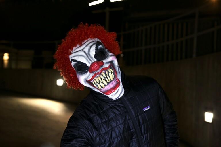 Clown i A-traktor skrämmer bybor – lynchstämning bland invånarna