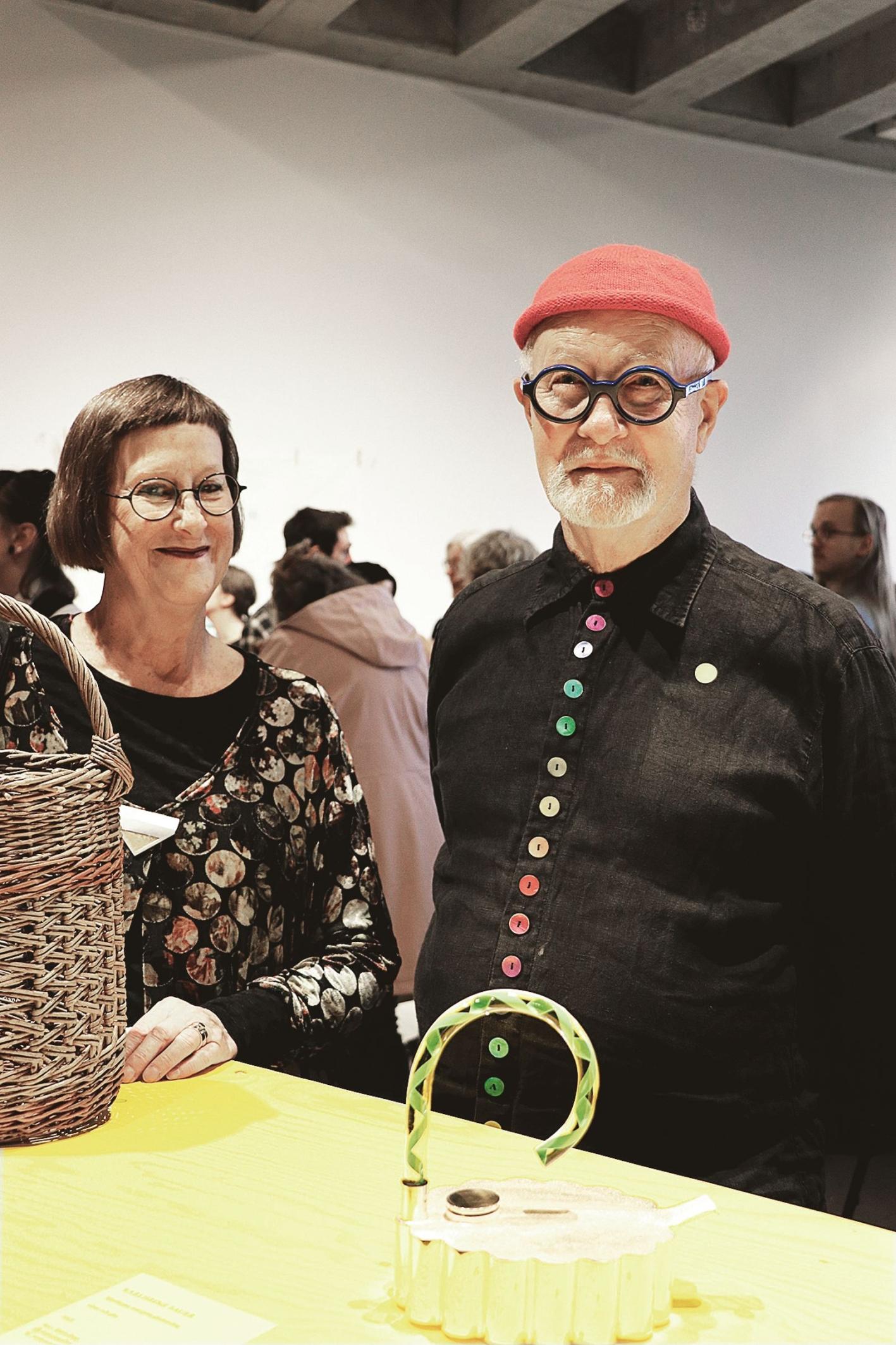 Margareta och Karlheinz Sauer med silverkannan som är Karlheinz bidrag till utställningen.