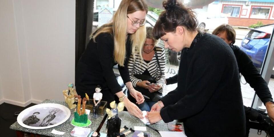 Maja Östebro hjälper Lina Karlsson att slå in några av Linas glasunderlägg åt en kund.