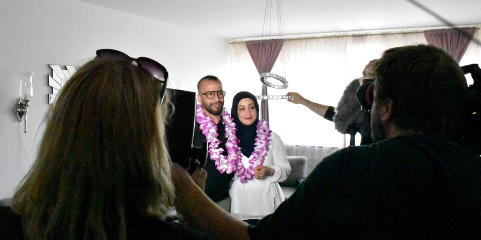 Anwar och Zaman Albawi har vunnit resvinster. De omsvärmas av teamet för att filmas.