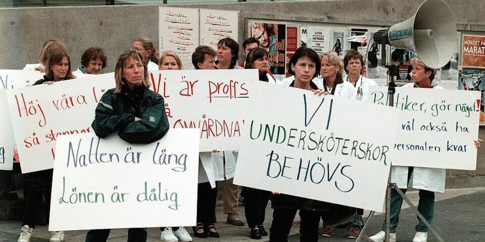 Undersköterskor och barnsköterskor protesterade för 20 år sedan på Sergels torg mot dåliga arbetsvillkor och låga löner. Jämställdheten går alldeles för långsamt. Foto Hans T Dahlskog