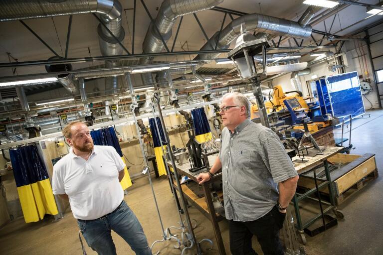 Yrkeslärarna Magnus Östberg och Peter Svensson tycker att fördomar om det skitiga verkstadsgolvet tynger industriteknikprogrammet, som nu lagts i malpåse i Trelleborg.