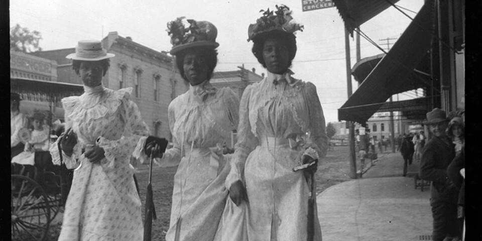 Fotografi av Gabriele Münter. Tre kvinnor i söndagskläder, Marshall, Texas 1899-1900.