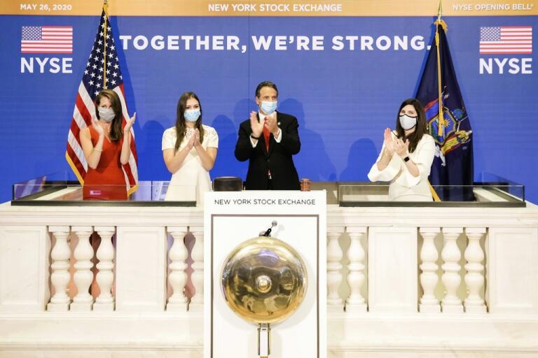 New Yorks guvernör Andrew Cuomo, med munskydd, fick äran att ringa i börsklockan och starta tisdagens handel.