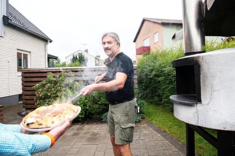Hemmabagaren som går loss på napolitansk pizza