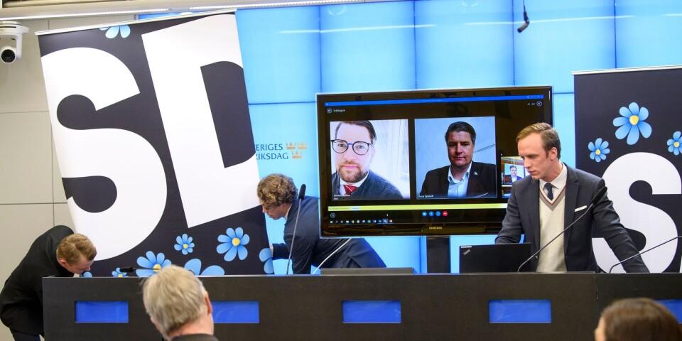 STOCKHOLM 20200428Sverigedemokraternas partiledare Jimmie Åkesson (SD) och  ekonomisk politiske talesman Oscar Sjöstedt (SD) presenterar partiets budgetmotion via länk  presenterar sin budgetmotion under en pressträff i riksdagens presscenter.Foto: Henrik Montgomery / TT kod 10060.