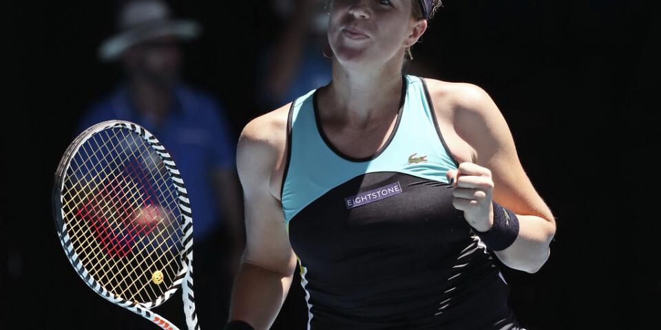 Anastasia Pavljutjenkova knyter näven efter att ha vunnit mot andraseedade Karolina Pliskova.