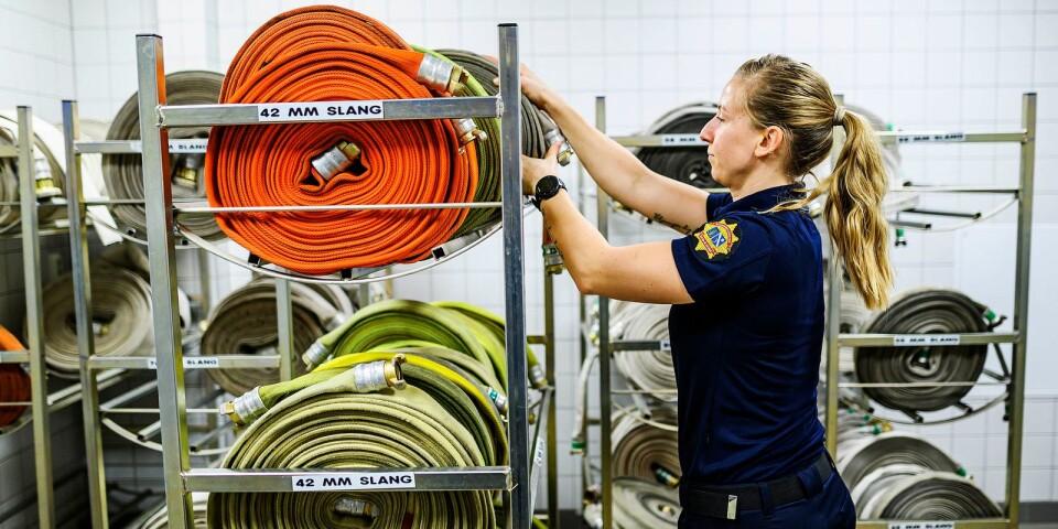 Du genomgår både tester och intervjuer för att bli anställd som brandman.
