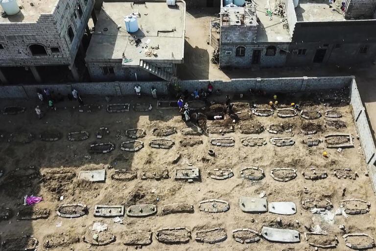 En begravningsplats utanför Aden i Jemen. Dödstalen är höga i Jemen på grund av inbördes strider och coronapandemins verkningar.