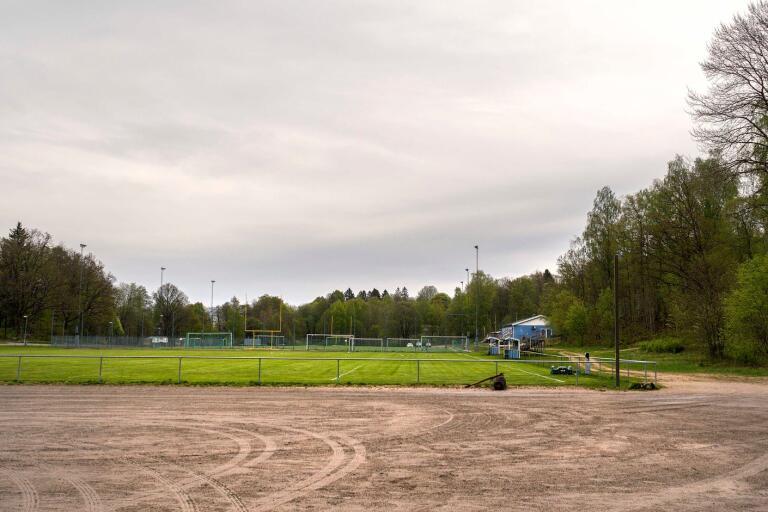 Kommunen planerar nu en byggnad med sex omklädningsrum, kafé och kansli vid Sjöbovallen.