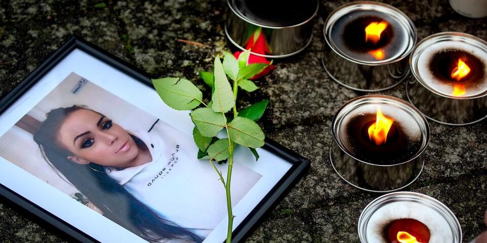 Marschaller och blommor har lämnats på torget i Tollarp för att hedra Emilia Lundbergs minne.