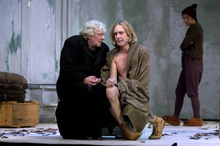 Shakespeares Kung Lear med Börje Ahlstedt och Simon Norrthon i en scen. Idag är sistnämnde Teaterförbundets ordförande.