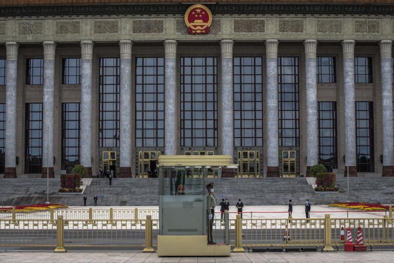 En vakt utanför folkkongressen i Peking.