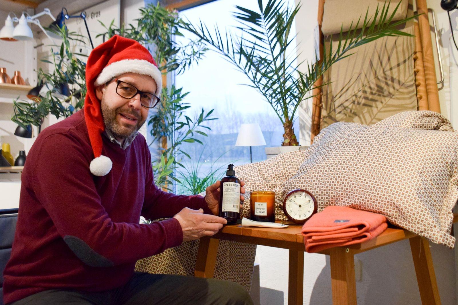 På Rödkillebäcksgård hittar du design och produkter som varar. Patrik Mårtenssons julklappstips är handduk eller bäddset av märket GANT. Tvål, kräm och doftljus från L:a Bruket eller kanske en stilren Arne Jacobsen väckarklocka.
