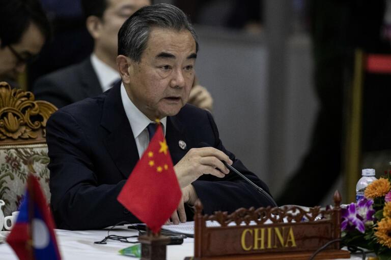 Kinas utrikesminister Wang Yi. Här under ett möte i Laos i februari om coronaviruset.