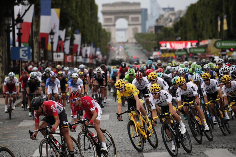 Tour de France-cyklister på väg mot målet i Paris 2017. Några av cyklisterna misstänks nu för dopning.