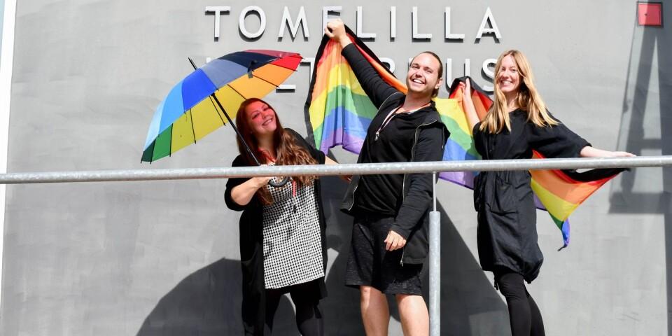 Lina Hesterman, Tobias Kralmark och Elise Tufvesson bjuder tillsammans med sina kollegor på Tomelilla kulturhus och Brösarps bibliotek in till en färgsprakande regnbågsvecka med aktiviteter för alla åldrar.