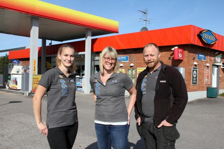 Butiksbiträdet Odett Norberg och ägarna Maria och Roine Ek är stolta över att Frendo Annelund har nominerats till Årets station 2020.