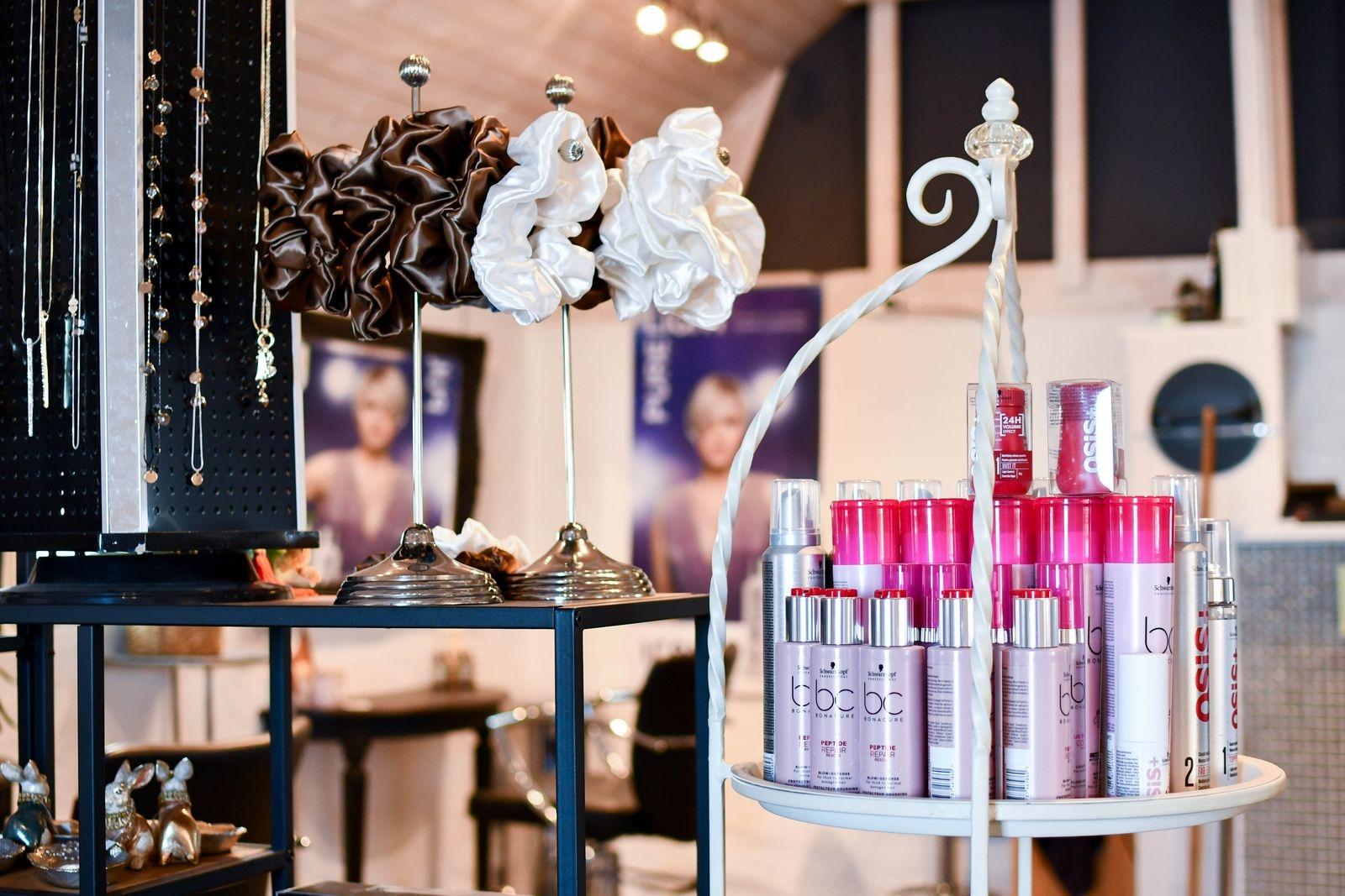 Eftersom det inte kan bli någon invigning firar Camilla starten av Millan på Möllan med kampanj på salongens frisörprodukter.