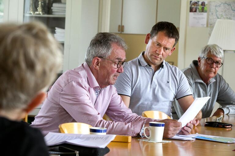 Folkinitiativets Edward Dunge och Liberalernas Mathias Karlsson under mötet i Misterhult.