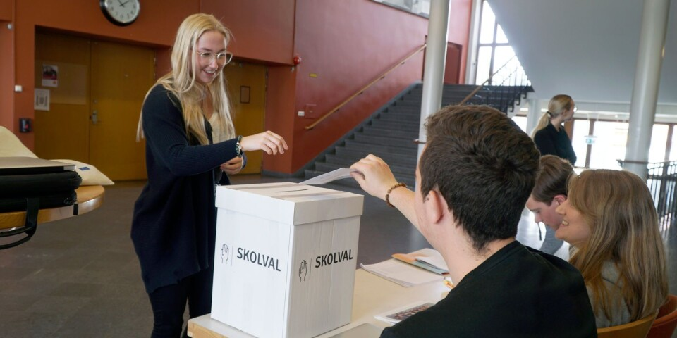 Frida Sandberg lämnar över sin röst till röstmottagarna Denis Ribic, Melina Hellsten och Hugo Ung.