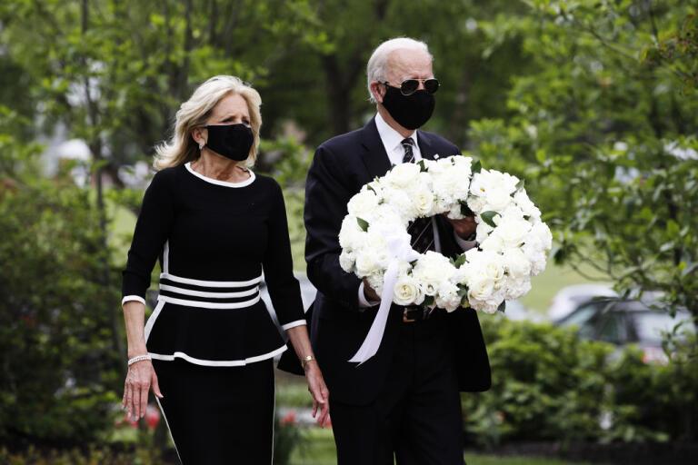 Joe Biden, tidigare vicepresident och den som i höst sannolikt blir Demokraternas presidentkandidat, tillsammans med sin hustru Jill Biden på den amerikanska helgen Memorial Day i måndags. Memorial Day, då landets krigsveteraner hedras, var första gången Biden visade sig offentligt på många veckor.