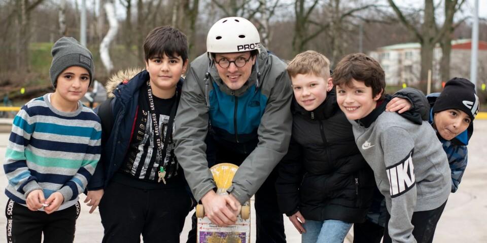Aram, Ivan, Vilmer, Nart och Migeen var alla nyfikna på den nya Skateparken i Kalmar, som Kalmar kommun och Active 0480, med ordförande Melker labory (mitten i hjälm) har projekterat fram.
