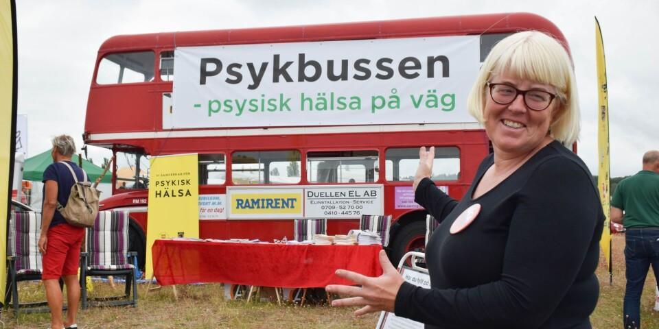 Maria Samuelsson rullade in på Kiviks marknad förra året med en röd dubbeldäckare och målet att starta samtal om psykisk ohälsa.