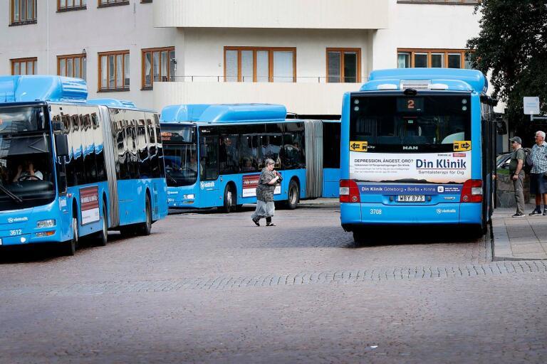 Även busschaufförer är samhällsviktiga. Så varför inte låta dem omfattas av den skärpta lagen?