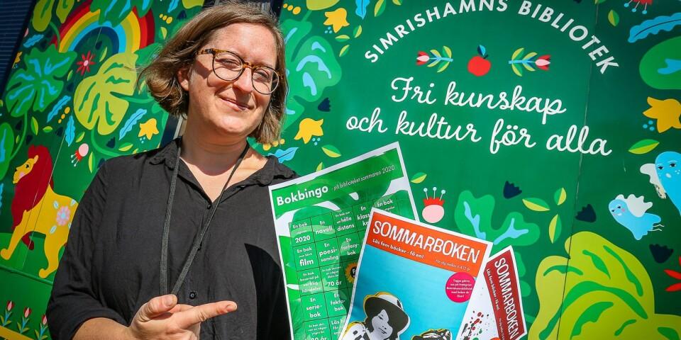 Erika Svahn är redo att dela ut Bingobrickor och Sommarboken-häften.